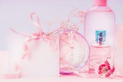 空的贺卡被放置的和桃红色化妆产品设置 邀请、优惠券、折扣和销售 beauvoir 库存图片