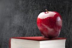 空的黑板红色苹果计算机书 免版税图库摄影