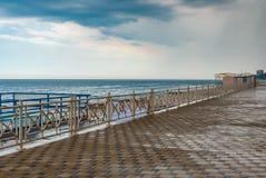空的黑沿海岸区在阿卢什塔市的中部 免版税库存照片