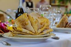 空的玻璃设置了与餐巾在美好的用餐的餐馆装饰 库存照片