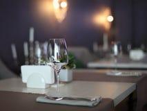 空的玻璃餐馆集 免版税库存照片