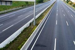 空的8车道高速公路由于路和桥梁工作 免版税库存照片
