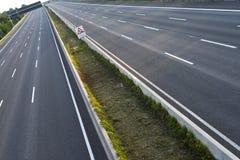 空的8车道高速公路由于路和桥梁工作 库存照片