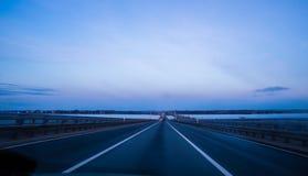 空的8车道高速公路由于路 免版税库存图片