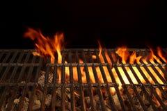 空的BBQ火格栅和灼烧的木炭与明亮的火焰 图库摄影