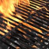 空的BBQ火格栅和灼烧的木炭与明亮的火焰 库存图片