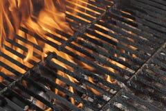 空的BBQ火格栅和灼烧的木炭与明亮的火焰 免版税图库摄影