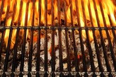 空的BBQ火格栅和灼烧的木炭与明亮的火焰 库存照片