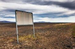 空的roadsign -石头和灰荒原 免版税库存照片