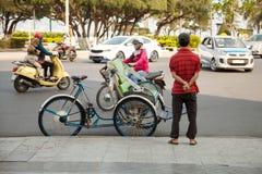空置在亚洲镇街道上的trishaw等待的顾客  免版税库存图片