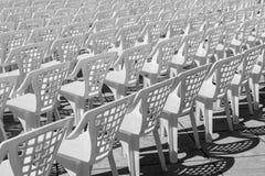 空置空的塑料白色椅子样式 免版税库存照片