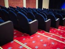 空置蓝色位子在剧院 免版税库存照片
