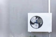 空调压缩机安装了墙壁 免版税库存照片
