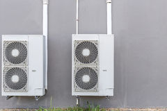 空调压缩机安装了墙壁 库存照片