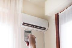 空调器和手有遥控的温度的 库存照片