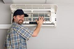 空调器安装工 库存照片