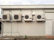 空调四台压缩机在大厦外面 免版税库存图片