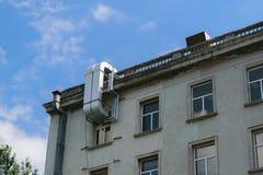 空调外部管材在一个老大厦登上了 图库摄影
