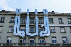 空调外部管材在一个老大厦登上了 免版税库存照片