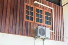 空调装置被安装房子外 免版税库存照片