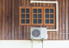 空调装置被安装房子外 库存图片