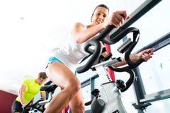 空转在健身健身房的青年人 图库摄影