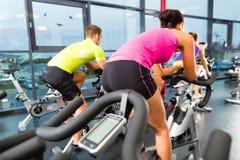 空转在健身健身房的青年人 免版税库存图片