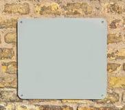 空金属片在砖墙上 库存照片