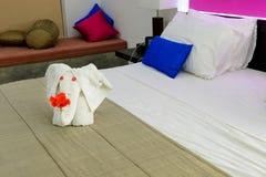 空间在有一头大象的一家旅馆里从在河床上的毛巾 免版税库存图片