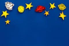 空间概念 拉长的星,行星,在蓝色外层空间背景顶视图拷贝空间的小行星 免版税库存照片