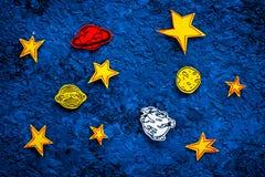 空间概念 拉长的星,行星,在蓝色外层空间背景顶视图的小行星 库存图片