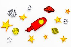 空间研究概念 拉长的星和火箭或者航天飞机在白色外层空间背景顶视图 库存图片