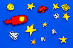 空间研究概念 拉长的星和火箭或者航天飞机在蓝色外层空间背景顶视图 库存照片