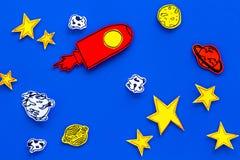 空间研究概念 拉长的星和火箭或者航天飞机在蓝色外层空间背景顶视图 免版税库存照片