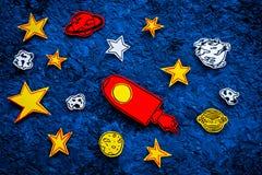 空间研究概念 拉长的星和火箭或者航天飞机在蓝色外层空间背景顶视图 免版税图库摄影