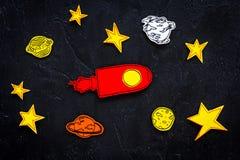 空间研究概念 拉长的星和火箭或者航天飞机在黑外层空间背景顶视图 免版税库存照片