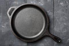 空,干净的黑生铁平底锅或荷兰烘箱顶视图从土佬 库存图片