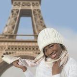 穿一个盖帽和一条围巾的年轻蓬松卷发青春期前在巴黎 免版税图库摄影