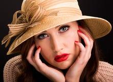 穿一个非常大草帽的沉思少妇为夏天 免版税库存图片