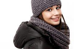 穿一件戴头巾冬天外套的女孩 免版税图库摄影