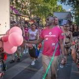 穿一件桃红色T恤杉的一个黑人在2018年巴黎同性恋自豪日 库存图片