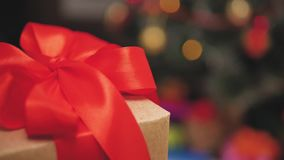 穿一件红色礼服的儿童女孩打开Xmas出席 有圣诞节礼物盒的愉快的矮小的微笑的女孩 舒适温暖 股票视频