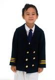 穿一件过大的试验制服的亚裔男孩,愉快地微笑 我 免版税库存照片