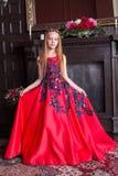 穿一套古色古香的公主礼服或服装的逗人喜爱的矮小的红头发人女孩 免版税库存照片