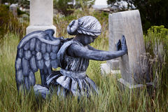 穿一套天使服装的女孩在一个老严重围场 图库摄影