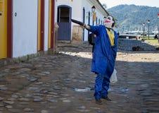 穿一套蓝色服装的人拿着一个武器 库存图片