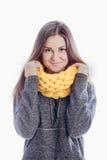穿一条厚实的围巾的女孩 免版税图库摄影