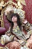 穿一件古色古香的公主礼服的微笑的女孩 库存图片