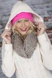 穿一件戴头巾外套的少妇 免版税库存图片
