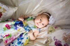 穿一件开花的礼服的小女孩 免版税库存照片